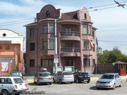 Дом (по документам два небольших дома), в центре города, на 1 сотке земли, собственник.